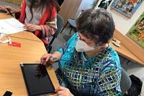 Během covidového roku vstoupl počet seniorů i v Prachaticích, kteří začali intenzivně používat mobily, tablety, počítače pro komunikaci online.