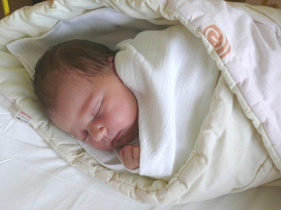 Natálie Vostřezová se v prachatické porodnici narodila v úterý 7. května v 06.25 hodin rodičům Miluši a Jiřímu. Při narození vážila 3,20 kilogramu a měřila 49 centimetrů. Malá Natálie bude vyrůstat v Prachaticích.