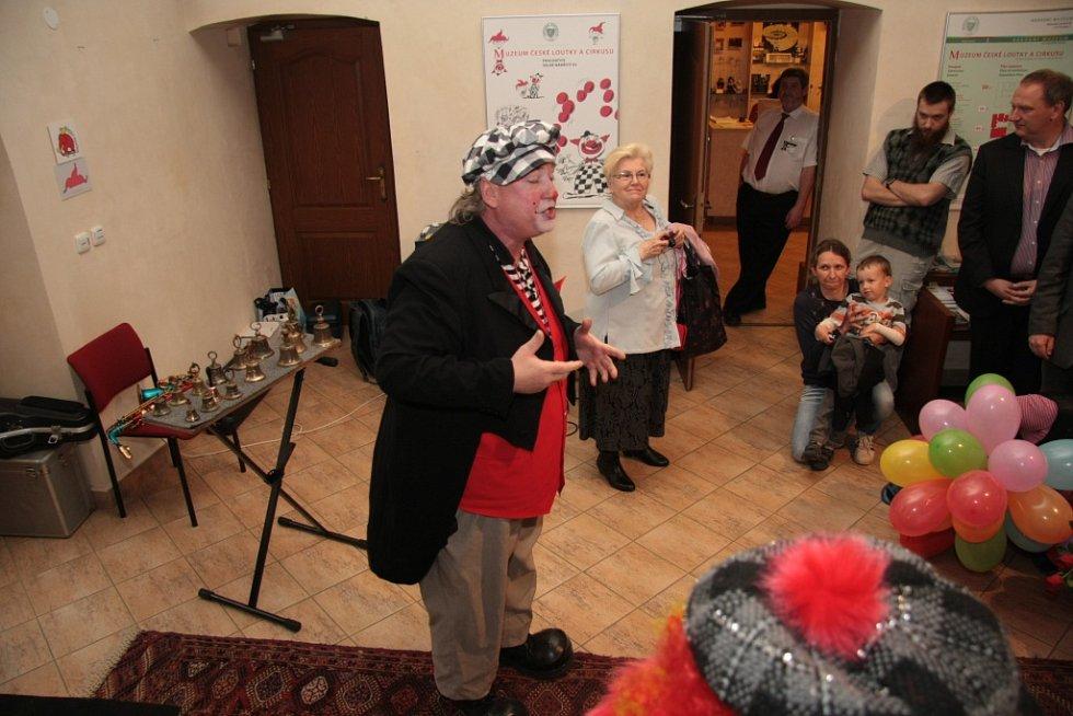 Slavnostní vernisáž obohatilo i živé vystoupení hudebního klauna Fugína.