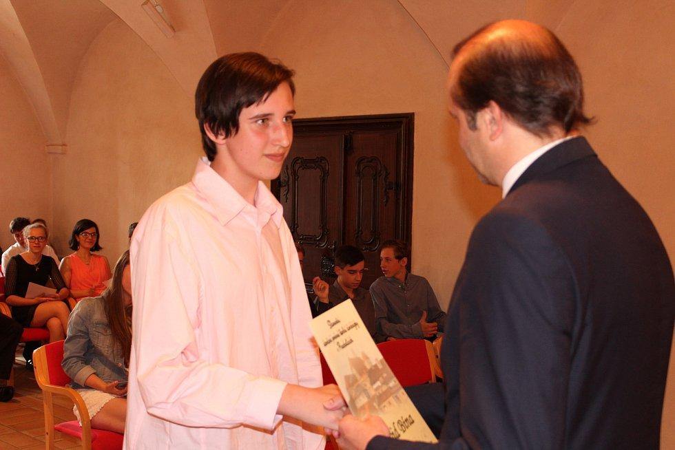 Pamětní list z rukou starosty Martina Malého přebírá David Bína ze Základní školy ve Vodňanské ulici v Prachaticích.