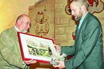 OCENĚNÍ. Cenu naděje a porozumění obdržel v sobotu 28. března mimo jiných také z rukou zástupce německé ÖDP Karla Edenhofera prachatický rodák Alois Pavlíčko.