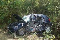NÁKUP V POLI. Vozidlo skončilo po nehodě na střeše. Jeho majitelé svůj předsilvestrovský nákup domů nedovezli.