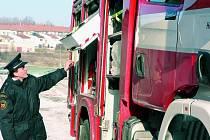 """NOVÁČEK. Na své nové vozidlo jsou hasiči hrdí. """"Má vše, co potřebujeme,"""" říká Martin Kacetl (na snímku)."""