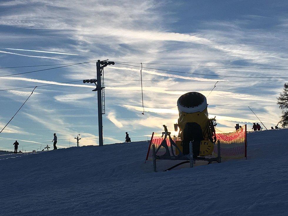 Na jihočeských horách panuje idylické počasí, o víkendu napadlo asi čtvrt metru sněhu. Snímek je ze skiareálu ve Kvildě.