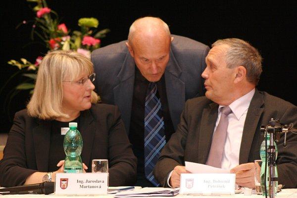 Tři bývalí a současní starostové Vimperku, kteří byli uschvalování územního plánu Vimperk. Zleva Jaroslava Martanová, Pavel Dvořák a Bohumil Petrášek.
