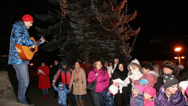 Česko zpívalo ve středu 10. prosince koledy v Husinci.