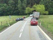 Srážka osobního a nákladního auta poblíž Libínského Sedla.