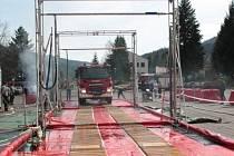 Prachatičtí hasiči si ve čtvrtek vyzkoušeli, jak funguje dekontaminační linka na techniku, kterou má k dispozici pro různé druhy havárií HZS Jihočeského kraje v Českých Budějovicích.