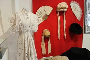 Výstava secesní módy. Ilustrační foto.