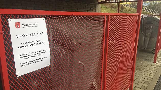 Na místech pro odpad ve městě Prachatice se nově objevily cedulky, které varují, že jsou místa monitorovány a pokud člověk nevhodí odpad do nádob, hrozí mu pokuta až do výše padesáti tisíc korun.