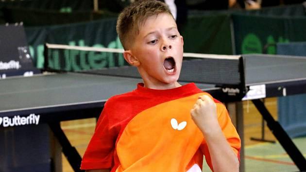 Petr Hodina slaví vítězství.