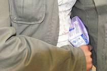 Tři zákazníci se z obchodu pokoušeli pod bundou odnést drahou kosmetiku, prodavačkám však neunikli. Ilustrační foto.