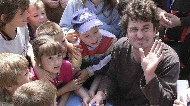 O autogram Saši Rašilova byl mezi dětmi obrovský zájem.