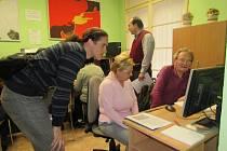 Vimperští senioři se učí s počítačem.
