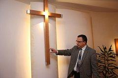 Ředitel Hospice Jana N. Neumanna v Prachaticích Robert Huneš ukazuje místa, která by byla vhodná pro uložení ostatků Jana Pavla II.