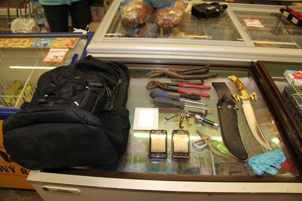 Policisté zadrželi na místě činu pachatele vloupání do prodejny v Bohumilicích.