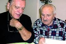 PRVNÍ KRESBY. Josef Černoch (vlevo)  se v tomto týdnu sešel s Františkem Kadochem nad kresbami Šumavského kalendáře na rok 2009, který bude již devatenáctým v pořadí.