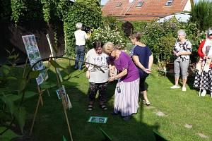 Christa Krejsová ukázala zahradu.