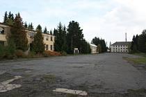 Chátrající budovu bývalého výukového bloku (v levé části snímku) v kasárnách U Sloupů rozhodli vimperští zastupitelé v pondělí 26. ledna prodat.