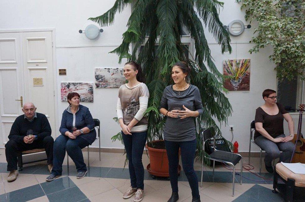 Autorská díla Simony Macho zdobí až do konce dubna Zimní zahradu Městského úřadu v Prachaticích.