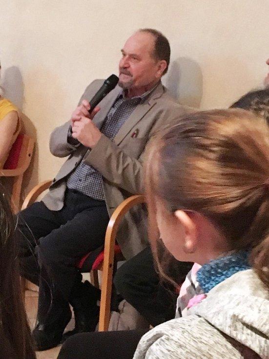 Oblíbený autor Jiří Žáček předčítal dětem v Městské knihovně v Prachaticích.