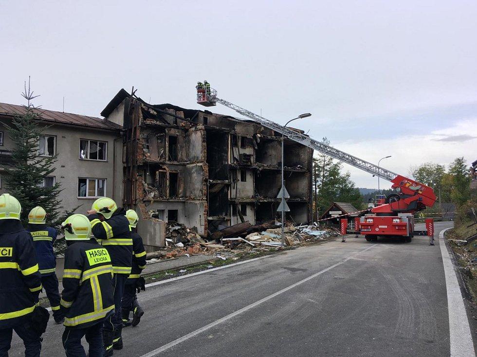 Hasiči hlídají zničený dům.