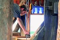 PRÁCE POD STŘECHOU. V kostele už finišují tesařské práce, střecha bude pokryta novými taškami. Ve druhé etapě se své opravy dočkají také varhany v presbytáři.
