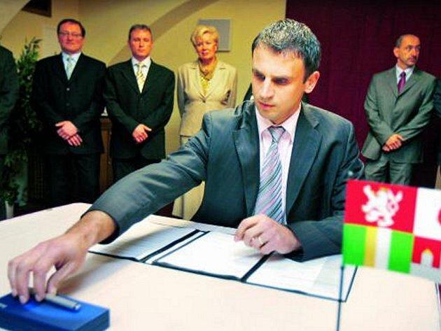 PODPIS. Budoucí hejtman Jiří Zimola z ČSSD se chystá podepsat koaliční smlouvu.