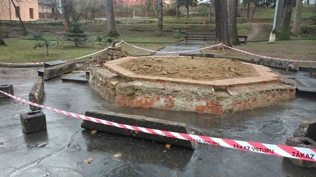 Základy altánu ve Štěpánčině parku.