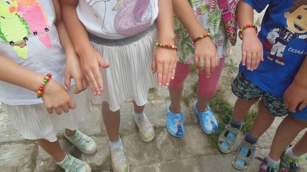 Děti si vyrobily náramky.