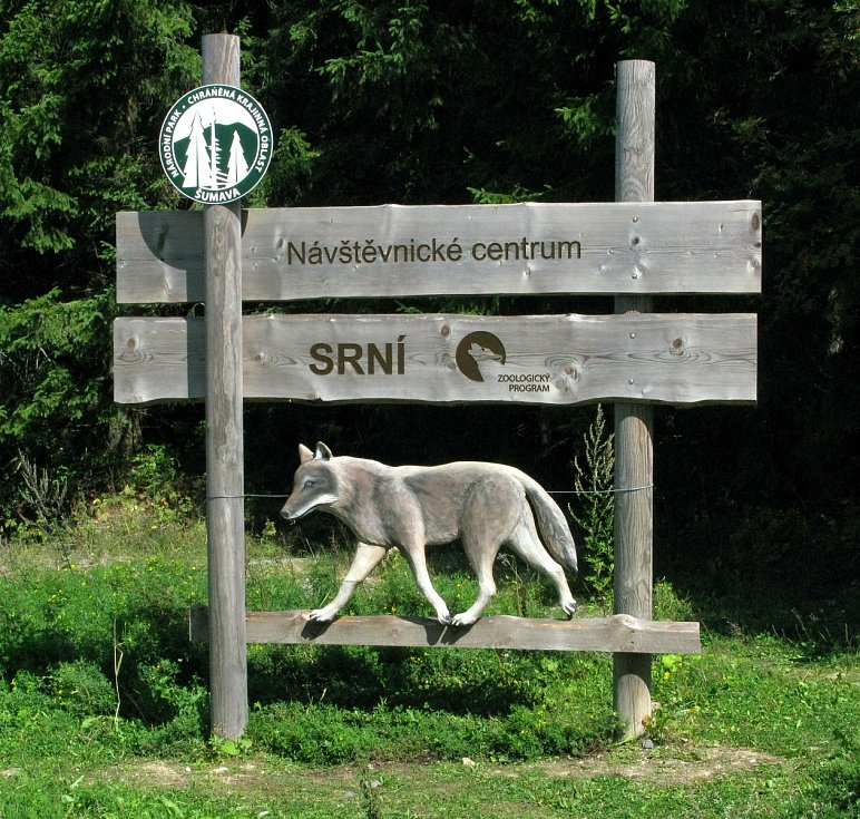 Poškozené cedule v Národním parku Šumava.