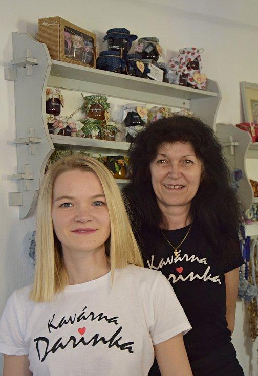 Darina Majerová (vpravo) s dcerou Darinou posílají džemy Kavárna Darinka ze Lhenic na olympiádu do Tokia. Snídat je budou čeští sportovci.