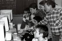V Základní škole ve Smetanově ulici ve Vimperku ve školním roce 1996/97 otevřeli novou učebnu informatiky. Byla vybavena dvanácti žákovskými počítači a řídící jednotkou pro vyučujícího. Na snímku je s žáky učitel Jan Malý.