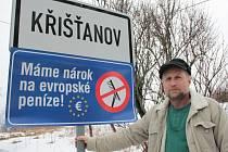 Starosta Křišťanova Martin Menšík vylepil včera přesně v devět hodin pod označení začátku obce cedule, které mají upozornit na nerovnost při čerpání evropských dotací.