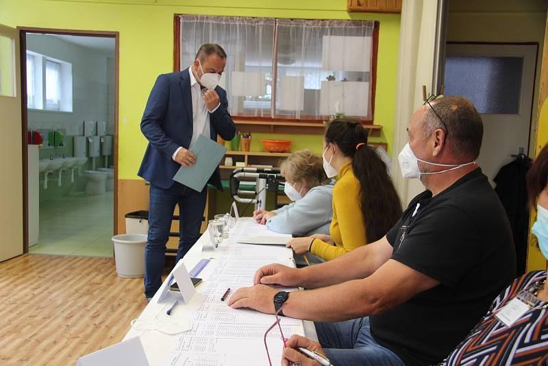 Lídr koalice SPOLU pro jižní Čechy Jan Bauer odevzdal svůj hlas v pátek 8. října v pět hodin odpoledne v MŠ Česká v Prachaticích.