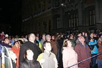 Po novoročním výstupu na Libín se Prachatičáci sešli v podvečer 1. ledna na Velkém náměstí, aby sledovali novoroční ohňostroj města.