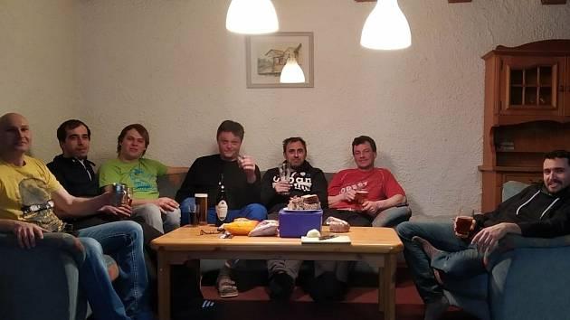 Parta českých pendlerů se na týden nastěhovala na druhou stranu hranice. Ubytování jim kompletně platí německý šéf. S jídlem si chlapi musejí poradit sami.