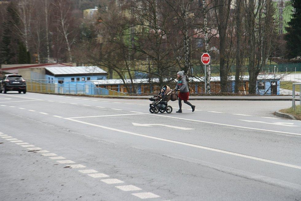 V Sušické ulici je sice přechod pro chodce i podchod, oboje je ale pro obyvatele sídliště, kteří chtějí nakoupit v supermarketu Tesco, vzdáleno od přímého směru. A tak přecházejí přímo přes křižovatku.