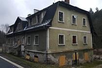 Výškovice čp. 17. V domě se nachází 6 prázdných bytových jednotek, rozhodnutím města byty nejsou nabízeny k obsazení nájemníky.