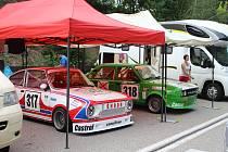 Závodní depo se v pátek podvečer plnilo soutěžními vozy, které o víkendu pojedou na trati Prachatice - Libínské Sedlo závody do vrchu.