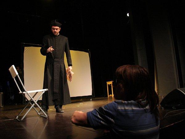 Poslední zkoušku a současně vůbec první na jevišti Městského divadla vPrachaticích, měl autorský muzikál Ledová země přesně den před světovou premiérou ve čtvrtek 21.dubna.