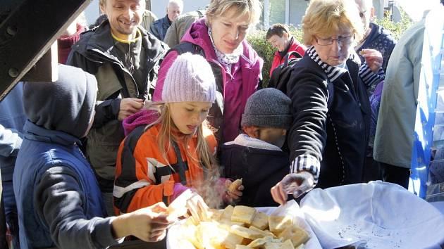 Tradiční pečení chleba v Lenoře.