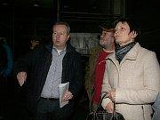 """Ministr životního prostředí Richard Brabec se na vlastní oči a nos přesvědčil, jaké """"poklady"""" ukrývají skladovací prostory bývalého družstva ve Lhenicích. """"Zaskočilo mne to,"""" připustil ministr."""