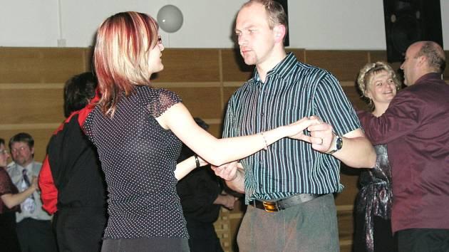 Vimperská oblastní charita uspořádala ve spolupráci s římkokatolickou farností Vimperk ples, na kterém se o dobrou pohodu se postarala domácí kapela De Facto.