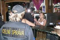 KONTROLA TOTOŽNOSTI. Ženy, které se nacházely v nočních klubech, musely při kontrole prokázat svou totožnost. Cizinky pak navíc povolení k pobytu.