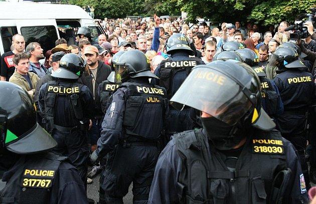 Těžkooděnce ani extremisty nikdo v ulicích Vimperka ani Volar nechce.