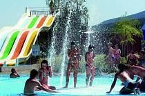 VEŘEJNÉ KOUPALIŠTĚ. I přes špatné počasí na začátku léta by letošní návštěvnost na Huláku měla být vyšší než v loňském roce.  V loni se přišlo koupat sedm a půl tisíc návštěvníků.