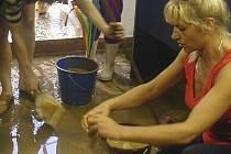 MILIONY KORUN. Celkově byly po povodních zrekonstruovány sítě v ulici Solní v Prachatiích, a to včetně kanalizace, vyspádování a ekodrenu. Ochrana proti dalšímu rozmaru počasí.