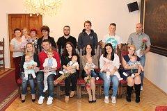 V poslední skupince starosta Martin Malý přivítal pět nových občánků Prachatic.