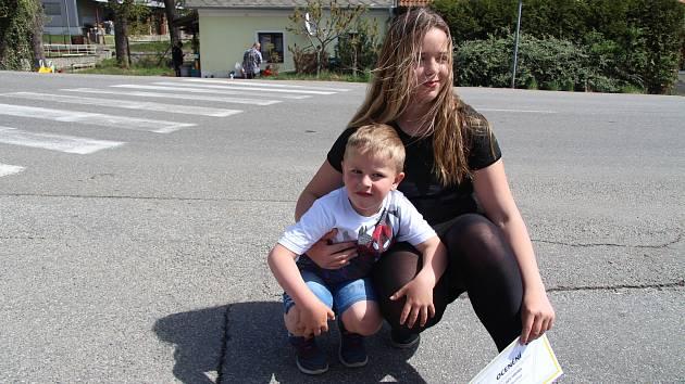 Julie Dolejšová z Husince zachránila svého brášku Šimona před srážkou s autem.